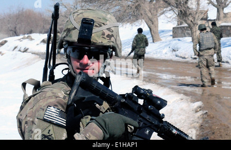 U.S. Army 2nd Lt. Steven Biggs, assigned to the 3rd Brigade Combat Team, 1st Armored Division, watches U.S. and - Stock Photo