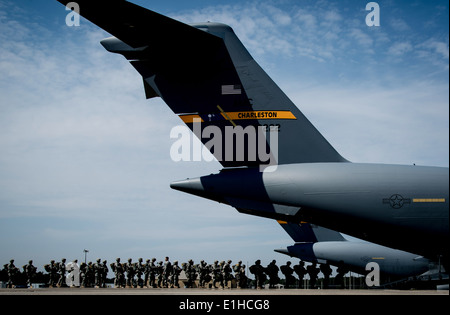 U.S. Soldiers assigned to the 82nd Airborne Division file into an Air Force C-17 Globemaster III aircraft March - Stock Photo