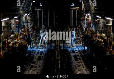 U.S. Soldiers assigned to the 82nd Airborne Division prepare to jump from an Air Force C-17 Globemaster II aircraft - Stock Photo