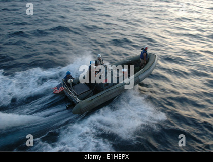 U.S. Sailors operate a rigid hull inflatable boat from the guided missile frigate USS Vandegrift (FFG 48) as part - Stock Photo