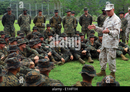 Gen. James F. Amos, the commandant of the Marine Corps, speaks to Marines about the importance of their training - Stock Photo