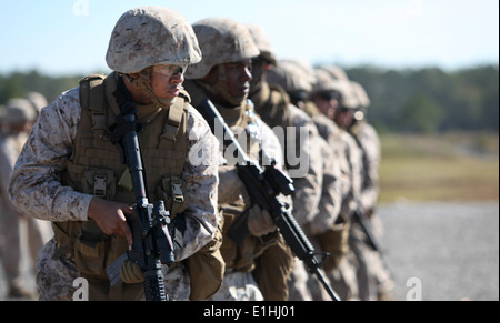 Marines with II Marine Expeditionary Force (Forward) engage targets during the Table III Combat Marksmanship course - Stock Photo