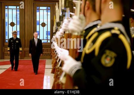 121127-N-AC887-001 BEIJING (Nov. 27, 2012) Secretary of the Navy (SECNAV) the Honorable Ray Mabus inspects Chinese - Stock Photo