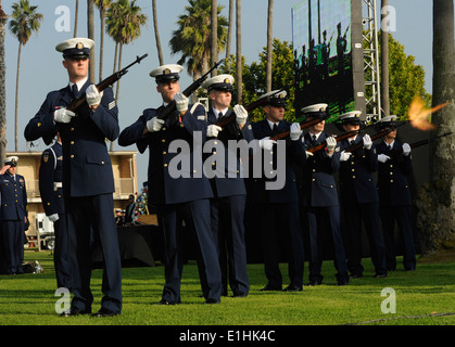 Members of the Coast Guard Ceremonial Honor Guard conduct a three-round volley at the memorial service for Senior - Stock Photo