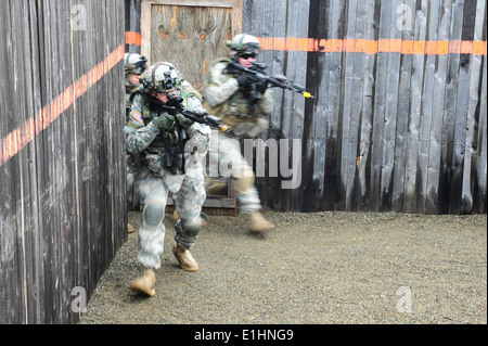 U.S. Army Soldiers, assigned to Bravo Company, 1st Battalion, 4th Infantry Regiment, practice clearing a building - Stock Photo