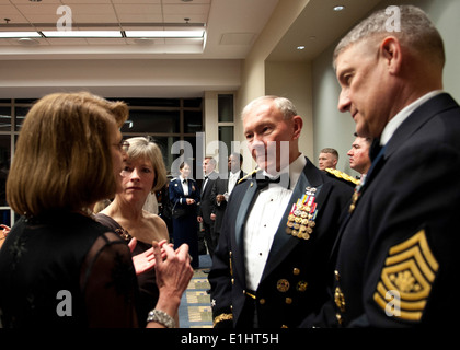 Army Gen Martin E. Dempsey, chairman of the Joint Chiefs of staff (center) and his wife Deanie speak with Sgt Maj - Stock Photo