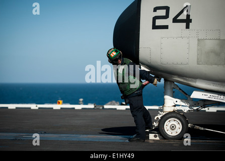 U.S. Navy Aviation Boatswain's Mate (Equipment) Airman Shandalyn Cupp signals a catapult operator to take tension - Stock Photo