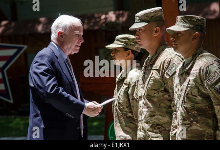 U.S. Sen. John McCain speaks to a group of Soldiers before re-enlisting them during an Independence Day celebration - Stock Photo
