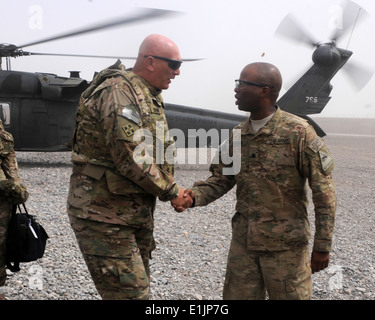 U.S. Army Lt. Col. Kevin Admiral, right, with the 1st Battalion, 36th Infantry Regiment, welcomes the Chief of Staff - Stock Photo