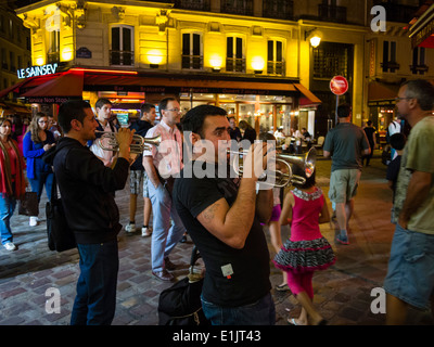 Street musicians play late in the evening at the Paris latin quarter / quartier latin. - Stock Photo