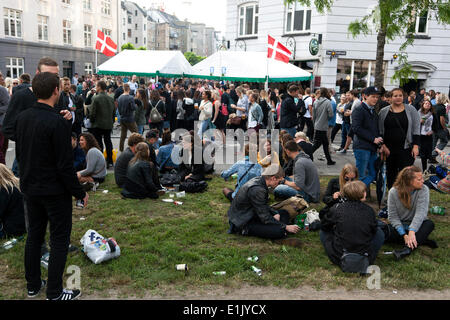 Copenhagen, Denmark. 5th June 2014. Young people relaxing in the early evening before they continue partying into - Stock Photo