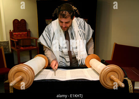 Rabbi Gabriel Fahri reading the Torah in Surmelin synagogue - Stock Photo