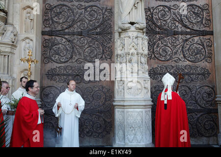 Palm sunday at Notre Dame Cathedral, Paris. Archbishop knocking on the door with his crozier - Stock Photo