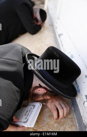 Belz hassidic Jews praying at Maimonides' tomb in Tiberias - Stock Photo