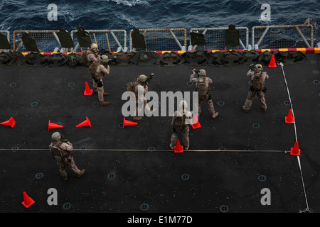 U.S. Marines assigned to Reconnaissance Platoon, Battalion Landing Team, 1st Battalion, 4th Marine Regiment, 13th Marine Expedi Stock Photo