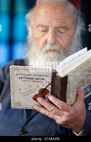 Rabbi reading a prayer book in the Ghriba synagogue, Jerba - Stock Photo