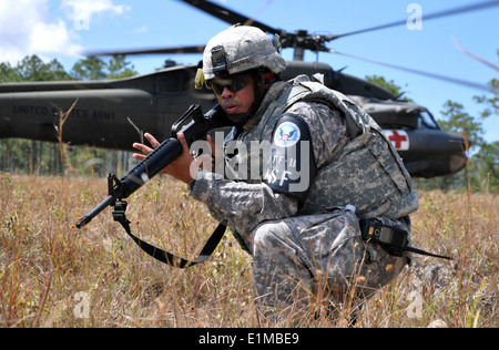 U.S. Army Staff Sgt. Hector Caraballo, with the Joint Task Force-Bravo joint security forces squadron, provides - Stock Photo