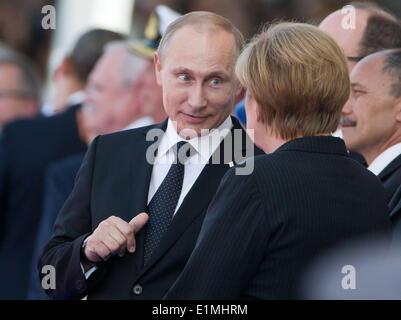 Ouistreham, France. 06th June, 2014. German Chancellor Angela Merkel (CDU) speaks to Russia's state president Vladimir - Stock Photo