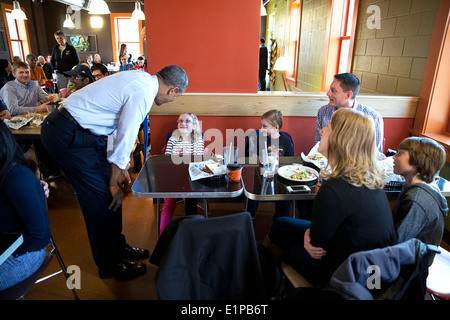 US President Barack Obama speaks with a family during a stop for lunch at Zingerman's Delicatessen April 2, 2014 - Stock Photo