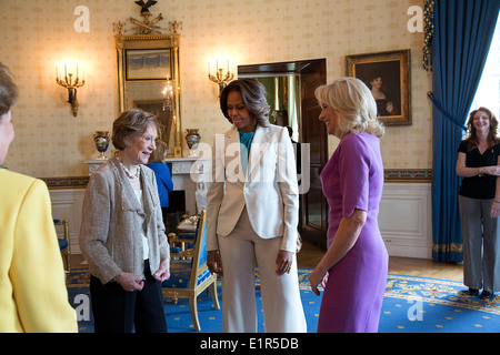 US First Lady Michelle Obama and Dr. Jill Biden speak with former First Lady Rosalynn Carter and former Senator - Stock Photo