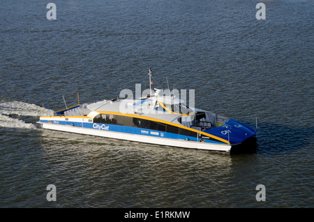 Australia, Queensland, Brisbane. City Cat high-speed city water taxi on the Brisbane River. - Stock Photo