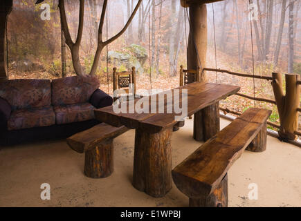 Tavolo Legno Con Panche.Fall Wooden Table And Chairs In The Empty Autumn Park Fallen