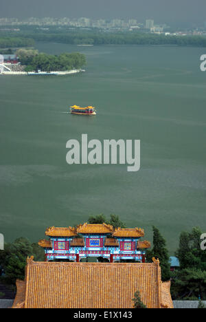 Traditional boat carrying tourists on Kunming Lake at Summer Palace, Beijing - Stock Photo