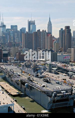 US Navy Wasp-class amphibious assault ship USS Iwo Jima berths in the Port of New York for Fleet Week May 26, 2010 - Stock Photo
