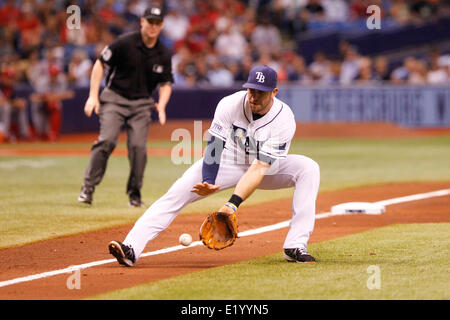 St. Petersburg, Florida, US. 11th June, 2014. Tampa Bay Rays third baseman Evan Longoria (3) fields a a bunt by - Stock Photo