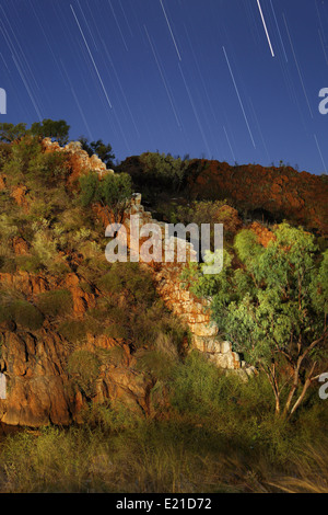 Star trails over China Wall, a quartz vein outcrop in near Halls Creek in The Kimberley, Western Australia. - Stock Photo