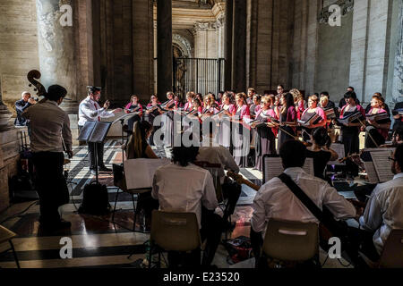Vatican City. 14th June 2014. Chorus in the pronaus of Basilica of Saint Peter - Misericordia and Fratres volunteers - Stock Photo