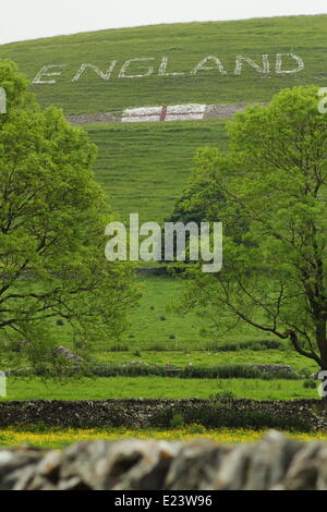 Peak District, Derbyshire, UK. 15 June '14. A team of 15 villagers aged six to 70-years-old have created a huge - Stock Photo