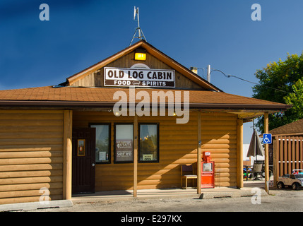 Old Log Cabin is a landmark restaurant along Route 66 in Pontiac, Illinois. - Stock Photo