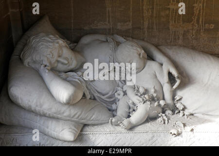 Argentina, Buenos Aires, La Recoleta Cemetery, the family Viviani Rossi's tomb, sculpture of a mother with her child - Stock Photo