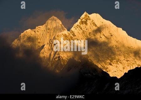 Nepal, Sagarmatha Zone, Khumbu Region, summits of Thamserku et Kangtega peaks, from Namche Bazar - Stock Photo