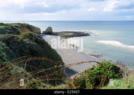 France, Calvados, Cricqueville en Bessin, Pointe du Hoc, rusty barbed wire overlooking the cliff - Stock Photo