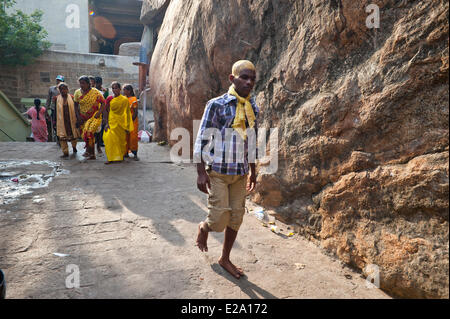 India, Tamil Nadu state, Tiruchirappalli (Trichy), pilgroims at the Rock Fort temple perched on a huge outcrop of - Stock Photo