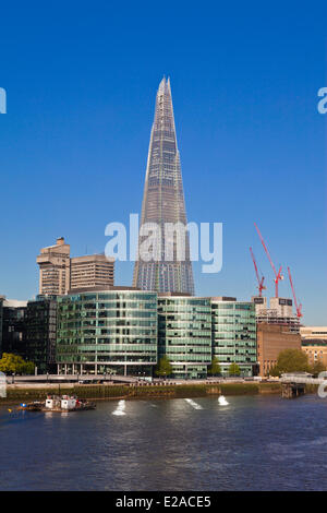 United Kingdown, London, Southwark, City Hall and the Shard London Bridge Tower by architect Renzo Piano, the tallest - Stock Photo