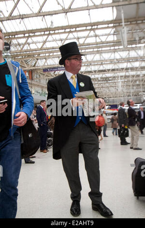 London, UK. 18th June, 2014.  A racegoers in a morning suit and top at Waterloo Station London preparing to travel - Stock Photo