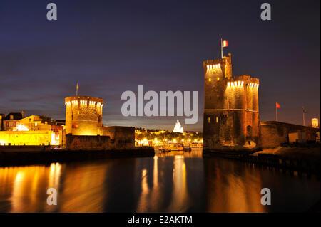 France, Charente Maritime, La Rochelle, tour de la Chaine (the Chain tower, to the left) and tour Saint Nicolas - Stock Photo