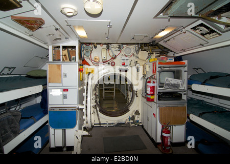 HMAS Ovens junior rates mess.  Through the hatch, the forward torpedo compartment on this former Royal Australian - Stock Photo