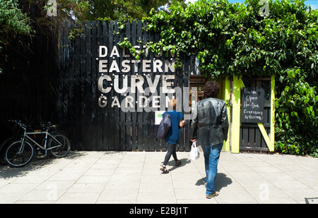 The entrance and sign to community urban gardens at Dalston Eastern Curve Garden in East London E8 UK   KATHY DEWITT - Stock Photo