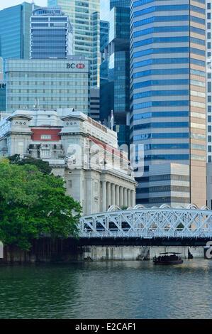 Singapore, the Anderson Bridge built in 1910 over the Singapore river replaces the Cavenagh Bridge now pedestrian - Stock Photo