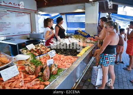 France, Herault, Valras Plage, stands of sale of shells, customers in front of sellers in front of a display of - Stock Photo