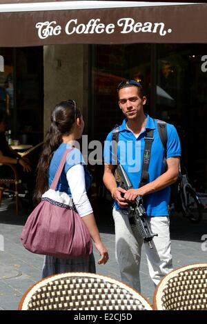 Israel, Jerusalem, soldier on leave but still armed with his girlfriend on Jaffa Road - Stock Photo