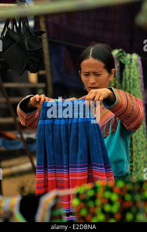 Vietnam Lao Cai province Bac Ha region Coc Ly ethnic market Flowered Hmongs ethnic group people at the market - Stock Photo