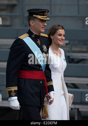 Madrid, Spain. 19th June, 2014. Spain's King Felipe VI (L) and Queen Letizia attend a military review prior to the - Stock Photo