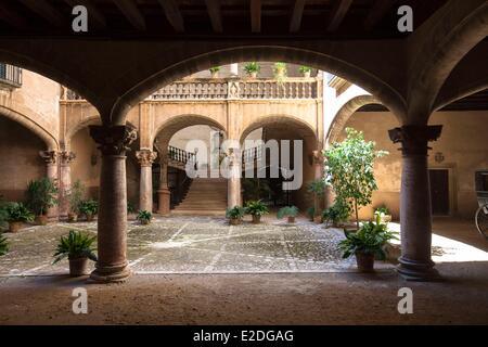 Spain Balearic islands Mallorca Palma de Mallorca Carrer de San Savella Can Vivot Mallorcan courtyard - Stock Photo