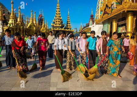 Myanmar (Burma) Yangon divison Yangon Kandawgyi District Shwedagon Pagoda Shwedagon Pagoda cleaning ritual by pilgrims - Stock Photo