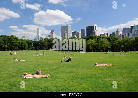 united states new york central park young woman lying in the grass e2ey7c